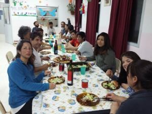 comida-compartida-mesa-larga